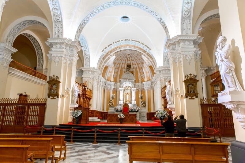 Ołtarz i ikony w starym kościół w Arequipa, Peru, Ameryka Południowa. Arequipa Plac De Armas jest jeden piękny w Peru. obrazy stock