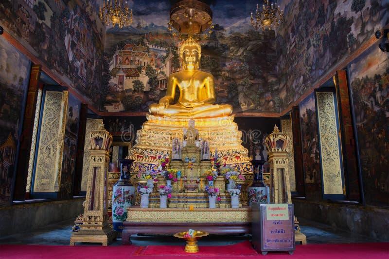 Ołtarz z rzeźbą posadzony Buddha w larwie Wat Wihan Bovornniwet Bangkok fotografia royalty free