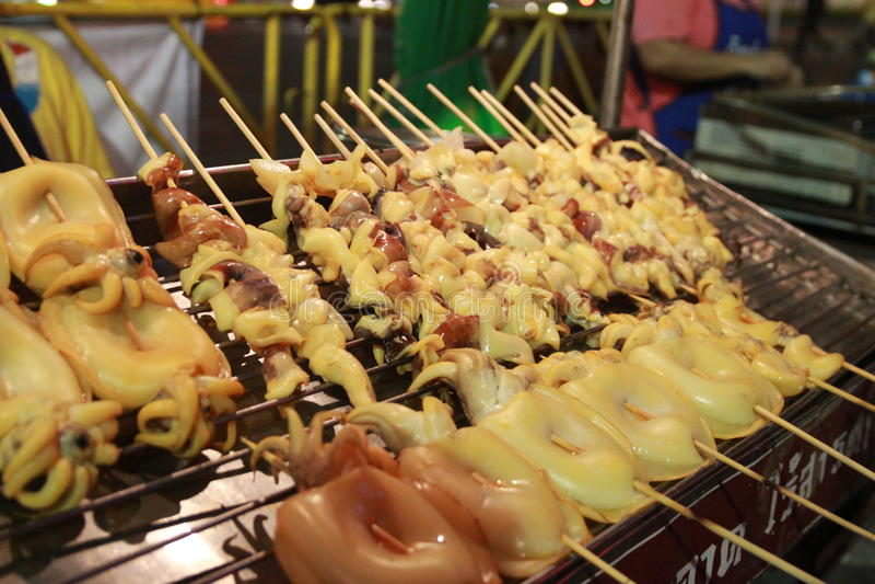 Ośmiornica piec na grillu wzdłuż świeżego rynku obraz stock