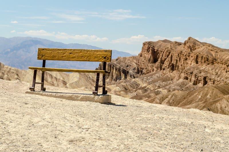 Ośniedziała ławka przy Zabriskie punktem, Śmiertelny Dolinny obywatel P zdjęcia stock