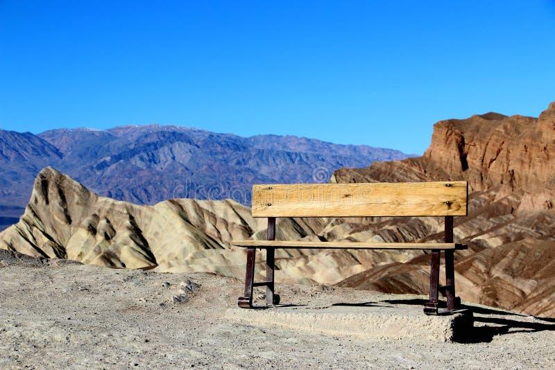 Ośniedziała ławka przy Zabriskie punktem, Śmiertelny Dolinny park narodowy, Kalifornia, usa zdjęcia stock