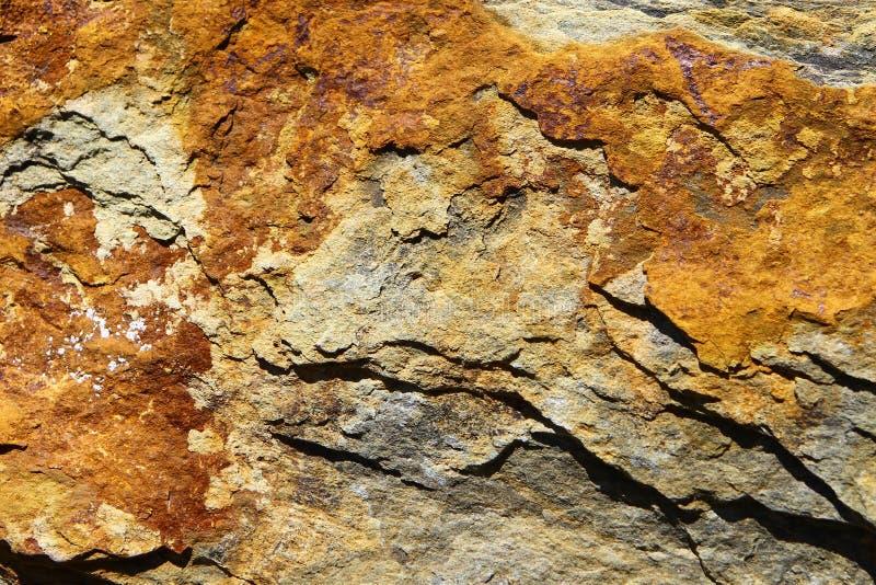Ośniedziała brązu kamienia powierzchni tekstura z pęknięciami Denny wapień fotografia stock