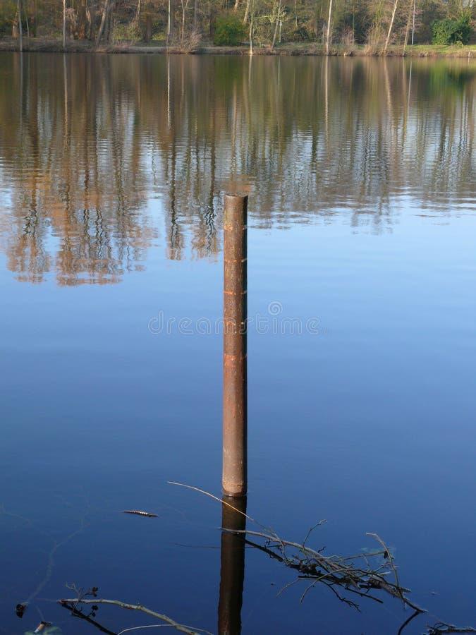 Ośniedziała cumownica w jeziorze fotografia stock