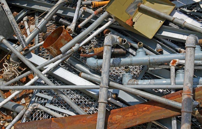 Ośniedziała drymba i więcej materiał w wysypisku żelaza i metalu zdjęcia stock