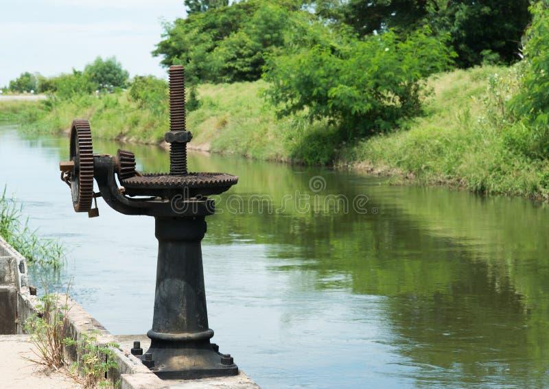 Ośniedziała i wazeliniarska wodnej bramy przekładnia zdjęcie stock