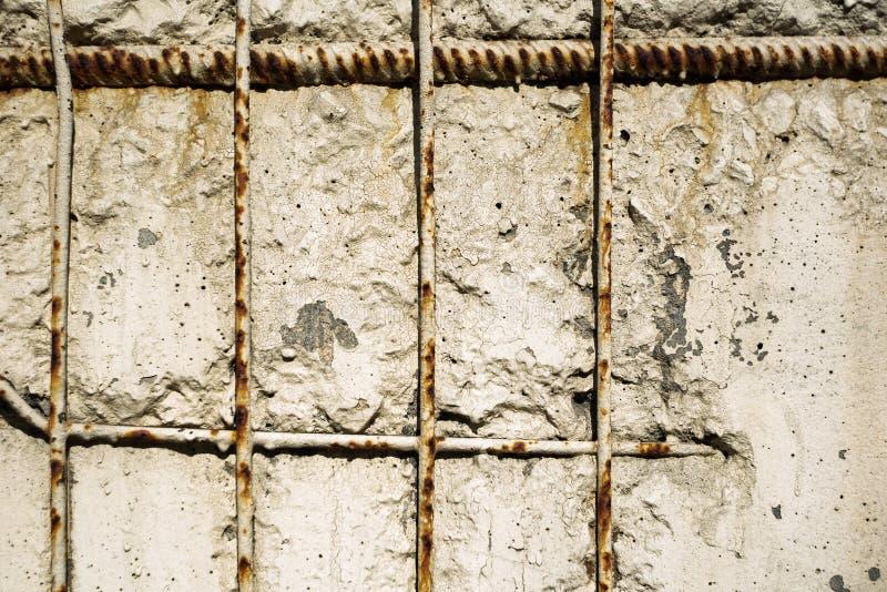 Ośniedziała metal siatka w ścianie zdjęcie royalty free
