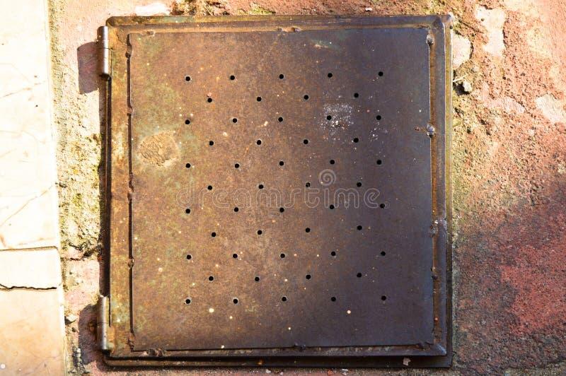 Ośniedziała metalu manhole pokrywa na podłodze fotografia royalty free