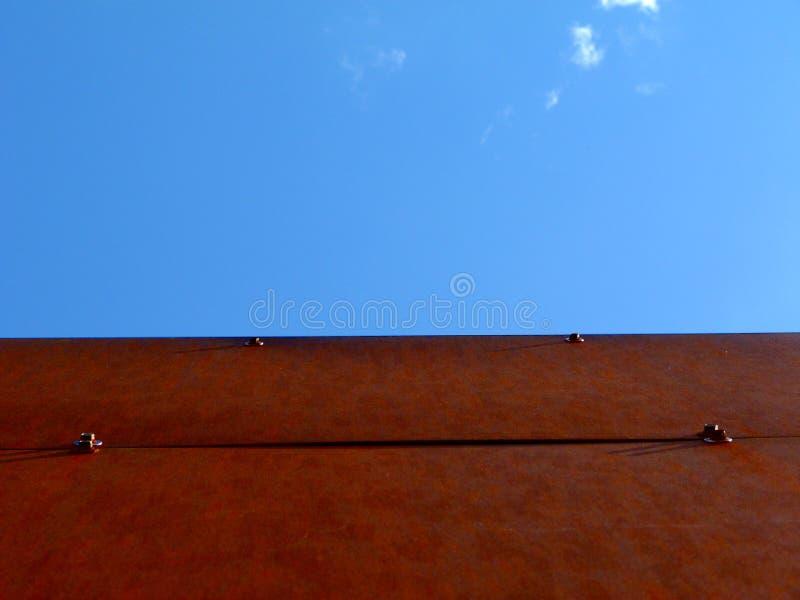 Ośniedziała Stalowego talerza budynku elewacja z niebieskim niebem Above zdjęcie royalty free