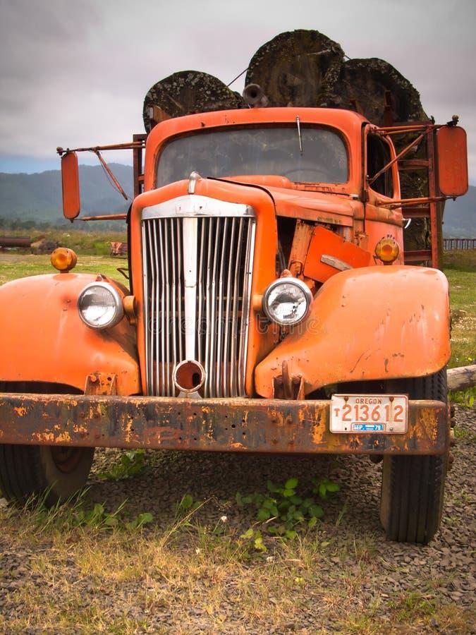 Ośniedziała Stara beli ciężarówka zdjęcie stock