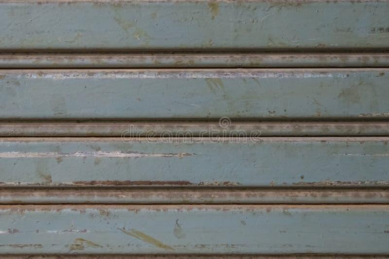 Ośniedziała stara szara toczna stalowa drzwiowa tekstura obraz stock