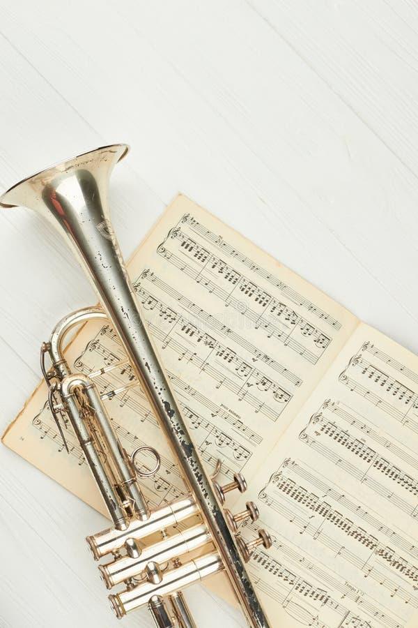 Ośniedziała trąbka na muzykalnych notatkach, odgórny widok obrazy royalty free