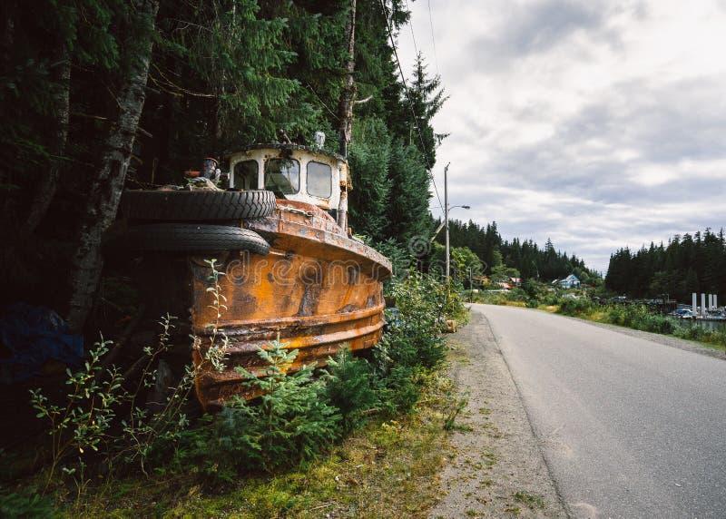 Ośniedziała zaniechana łódź rybacka lasem zdjęcia royalty free