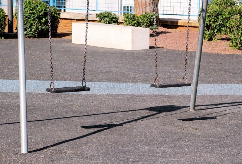 Ośniedziałe żelazo huśtawki w miasto parku obrazy stock