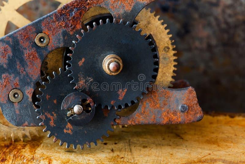 Ośniedziałej cogs przekładni machinalny przekaz przemysłowej maszynerii rocznika projekt toczy na grungy korodujący kruszcowym obrazy stock