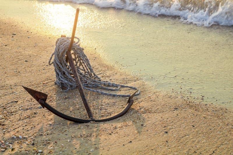 OŚNIEDZIAŁEJ kotwicy MOKRY PLAŻOWY piasek I BIAŁEGO morza fala piana fotografia royalty free