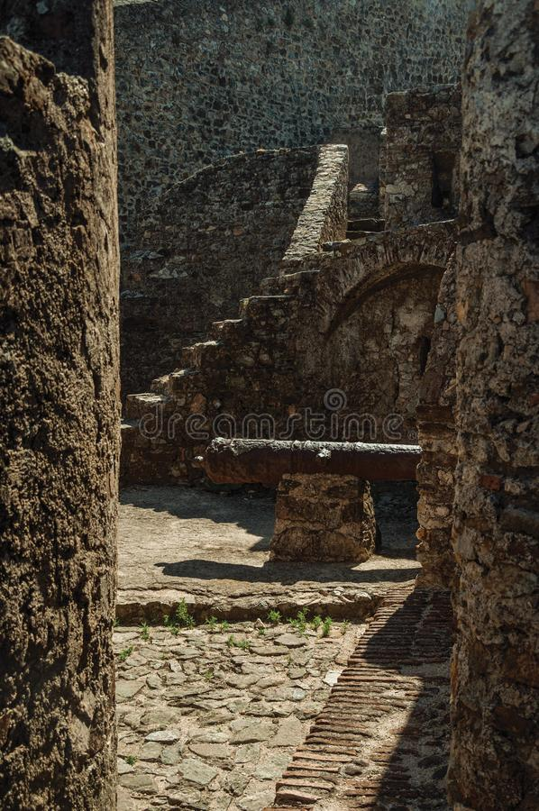 Ośniedziały żelazny działo na kamiennej ścianie przy wejściem Marvao zdjęcia stock