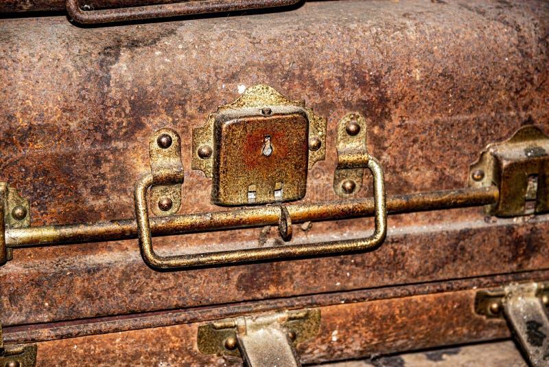 Ośniedziały Antykwarski kędziorek Stary brązu żelaza metalu walizki pudełko zdjęcie stock