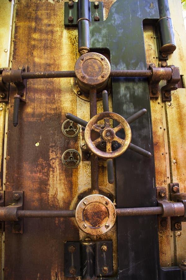 Ośniedziały bank krypty drzwi fotografia stock