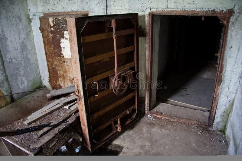 Ośniedziały ciężki stalowy hermetyczny drzwi zaniechany Radziecki schron fotografia stock