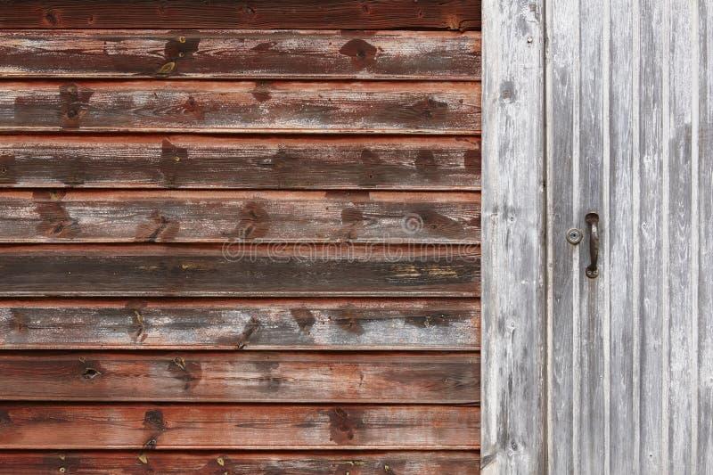 Ośniedziały czerwony drewniany domowy fasadowy szczegół zamknięte drzwi zdjęcia royalty free