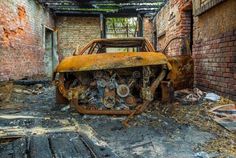 Ośniedziały i burnt samochodowy wrak zdjęcie royalty free