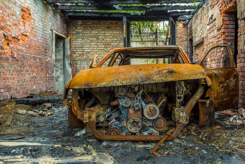 Ośniedziały i burnt samochodowy wrak fotografia royalty free