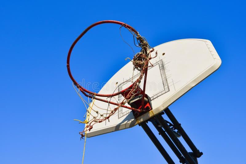 Ośniedziały koszykówka obręcz zdjęcie stock
