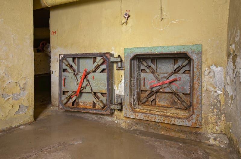 Ośniedziały lągu wyjście ewakuacyjne od starego metra schronienia zdjęcie royalty free