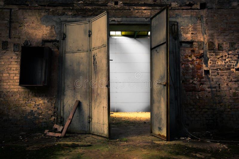 Ośniedziały metalu drzwi w zaniechanym magazynie obraz royalty free