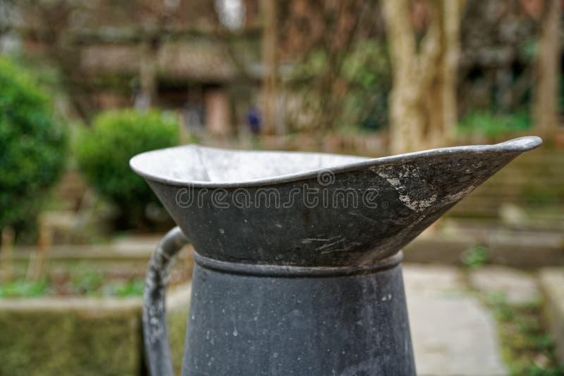 Ośniedziały metalu dzbanek dla ogrodowych podlewanie rośliien zdjęcie stock