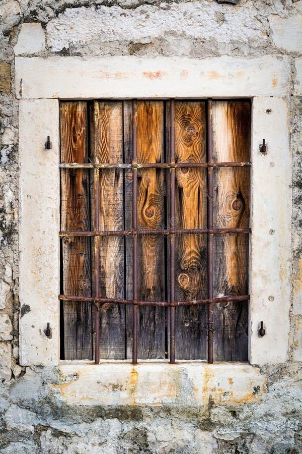 Ośniedziały metalu okno z barami zdjęcia stock