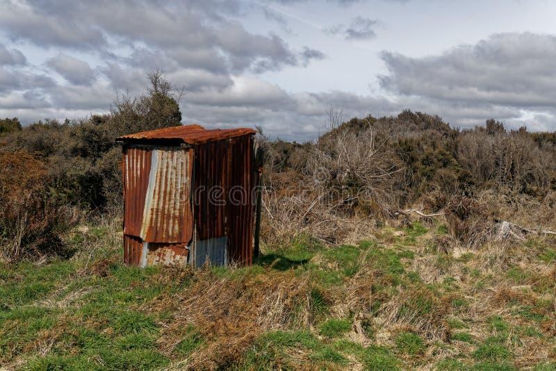 Ośniedziały panwiowy żelaza z powrotem kraju outhouse lub toaleta zdjęcie stock