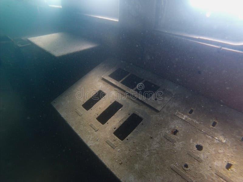 Ośniedziały pulpit operatora na zapadniętym statku obraz stock