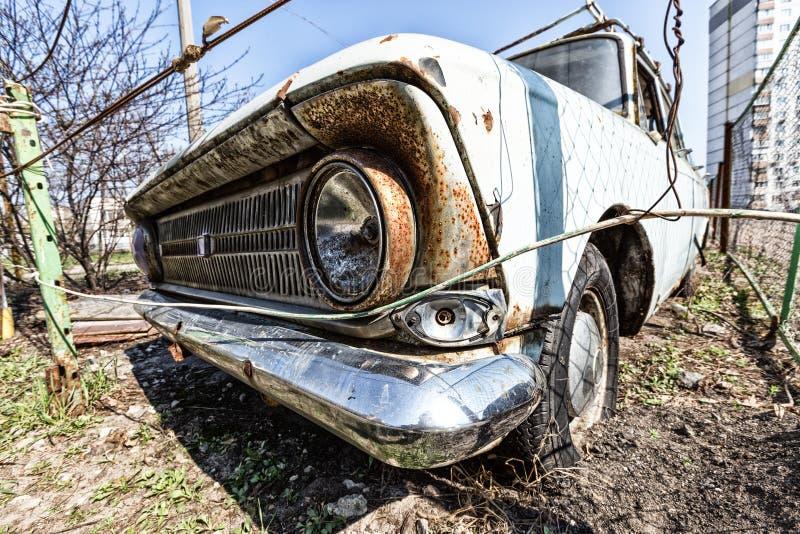 Ośniedziały retro samochód zdjęcia stock