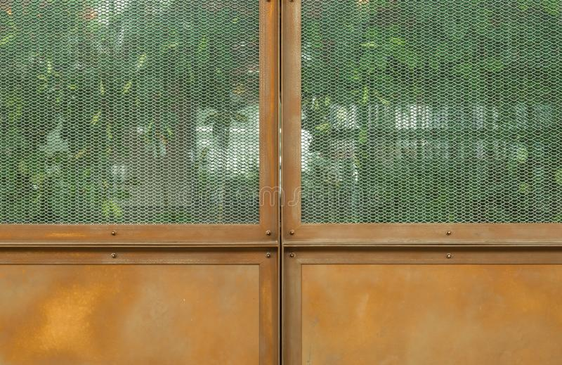 Ośniedziały rocznika metalu drzwi z szklanym okno zdjęcie royalty free