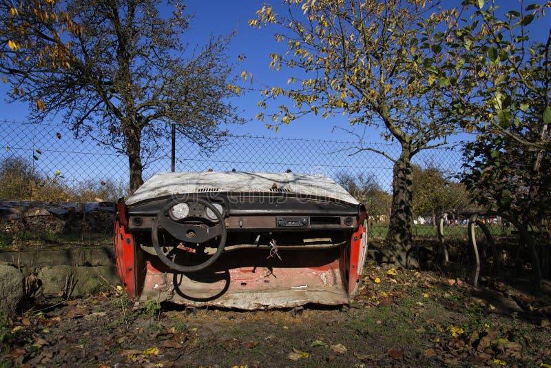Ośniedziały rocznika samochód ciie w połówce na słonecznym dniu w jesieni obrazy royalty free