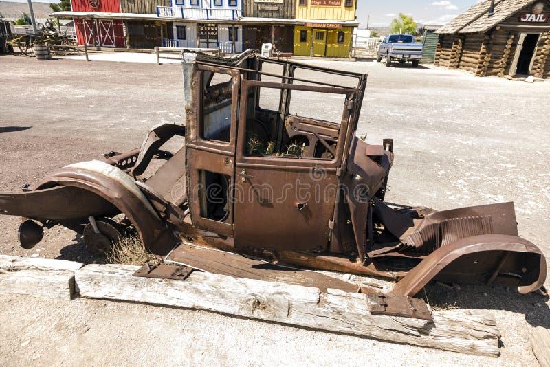 Ośniedziały rocznika samochód przy historyczną trasą 66 w Seligman obrazy royalty free