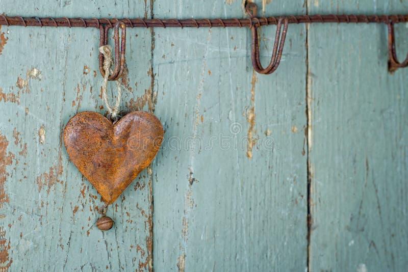 Ośniedziały stary serce na drewnianym tle obrazy stock