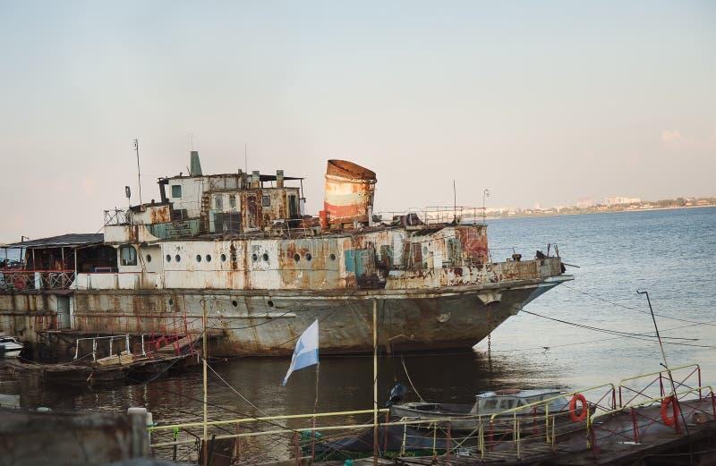 Ośniedziały statek na wodzie zdjęcie stock