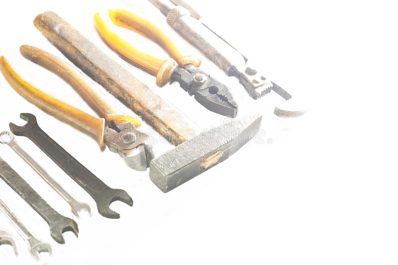 Ośniedziali i starzy narzędzia układali z rzędu na białym tle zdjęcia stock