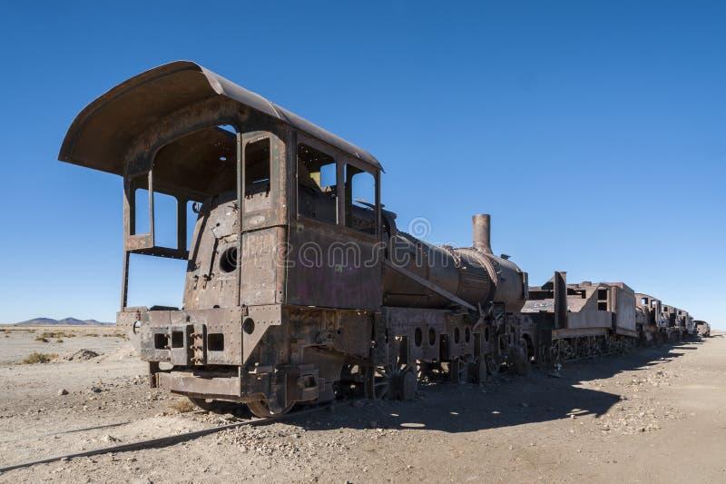 Ośniedziali starzy pociągi przy Taborowym Cmentarzem Cementerio De Trenes w Uyuni pustyni, Boliwia obraz stock
