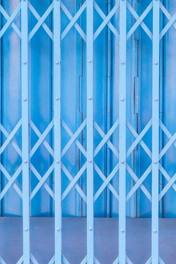 Ośniedziali tradycyjni bramy lub falcowania drzwi zdjęcia royalty free
