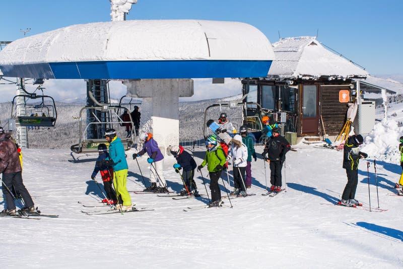 Ośrodek narciarski Kopaonik, Serbia, narciarski dźwignięcie, skłon, ludzie narciarstw zdjęcia stock