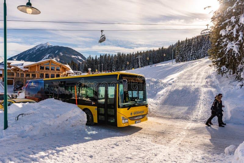 Ośrodek narciarski schladming Pomarańczowy Narciarski autobus Narciarski Amade, Dachstein masyw, Liezen, Styria, Austria zdjęcia stock