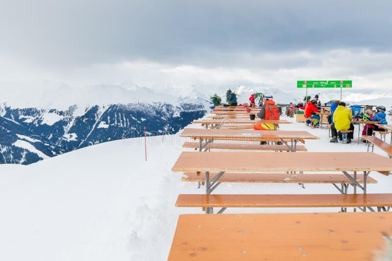 Ośrodek narciarski w Szwajcarskich Alps zbliża Restaurację Le Dahu zdjęcia royalty free
