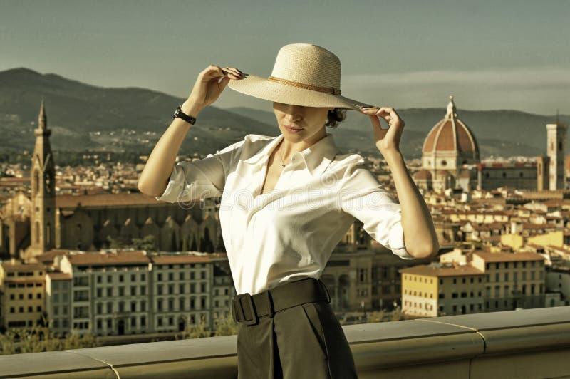 Oświecona Włoszka stoi na Piazzale Michelangelo we Florencji z pięknym widokiem miasta zdjęcie stock