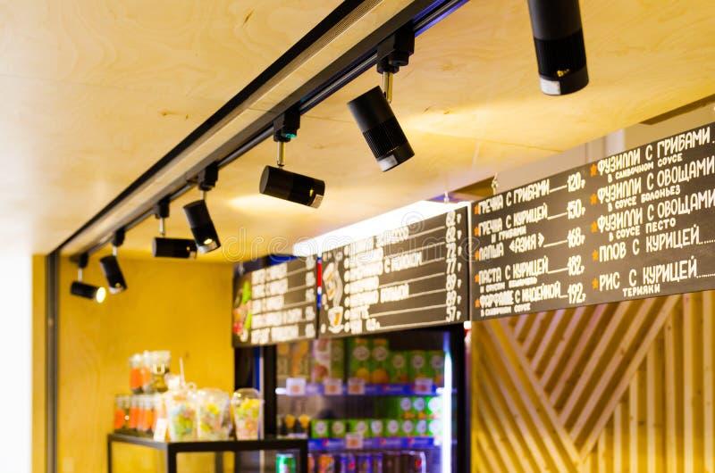 oświetleniowe lampy we wnętrzu caffe zdjęcia stock