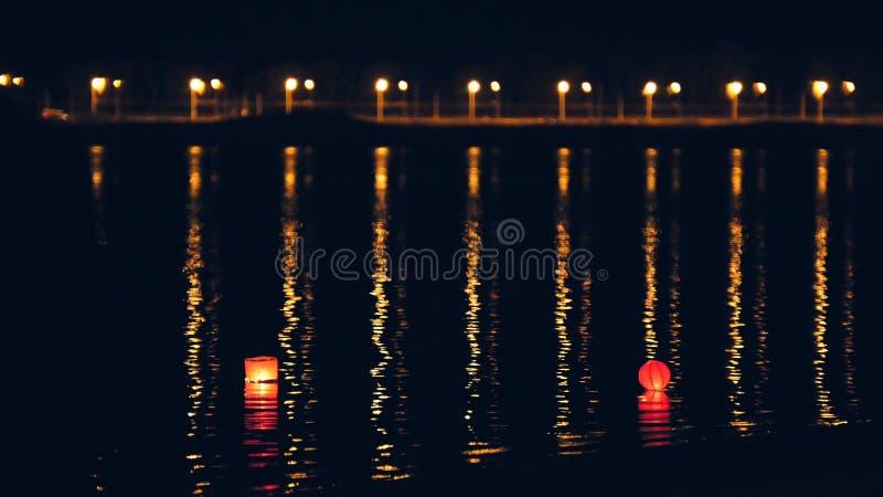 Oświetleniowi wodni lampiony na rzece przy nocą zdjęcie royalty free