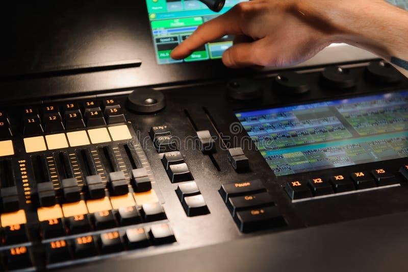 Oświetleniowy inżynier pracuje z światło techników kontrolą na koncertowym przedstawieniu Profesjonalisty lekki melanżer, miesza  obrazy stock
