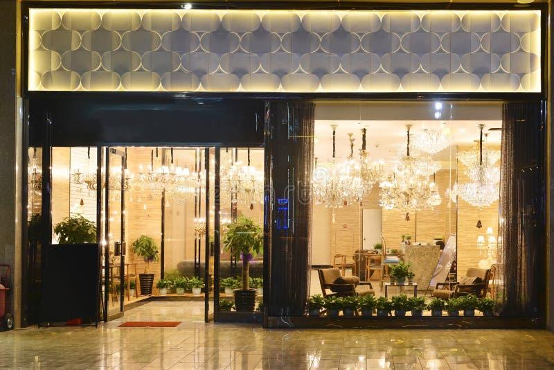 Oświetleniowy sklep przy nocą obrazy royalty free